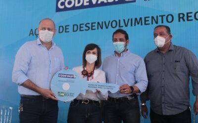 Professora Dorinha entrega tratores e caminhões para coleta de lixo
